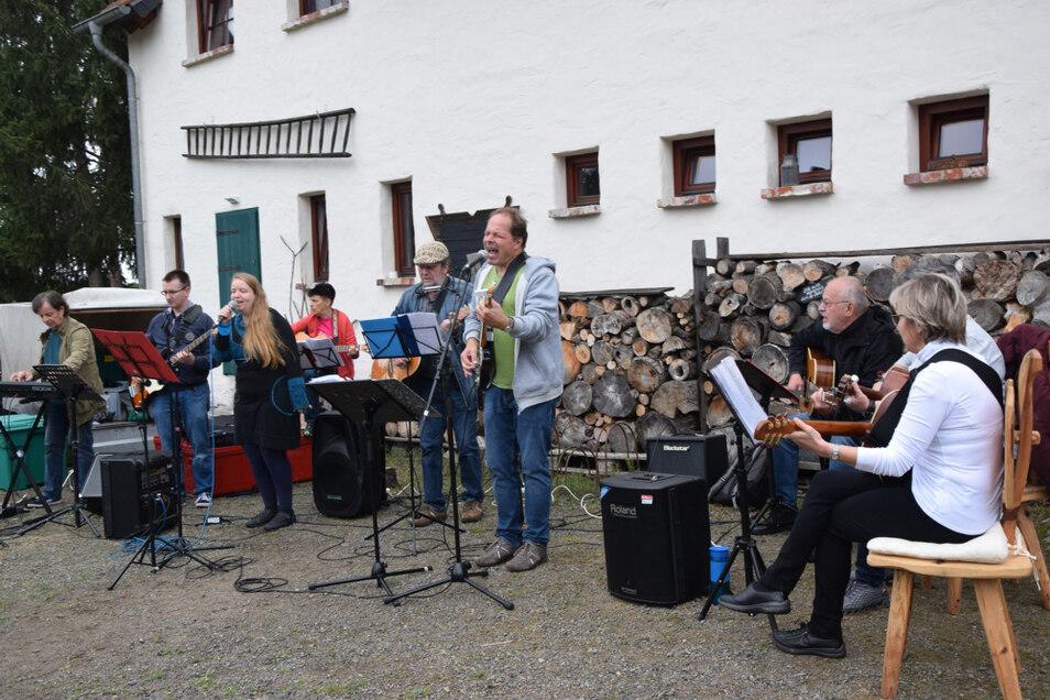 Norbert Binder singt (im grünen Shirt), begleitet vom Kneipenorchester im Erlebnishof Kasper.