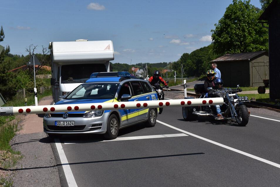 Die Schranke in Obercarsdorf hatte schon zu Pfingsten eine Störung. Auch damals regelte die Polizei die Durchfahrt.