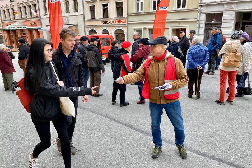 """Bernd Hesse von der Partei """"Die Linke"""" verteilt Flyer an die Fußgänger."""