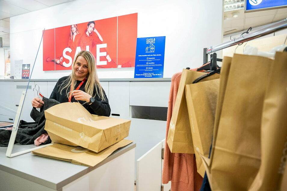 Oliwia Klakowska, Chefin der Görlitzer C&A-Filiale, packt am Montag Tüten fürs Click & Collect-Angebot.