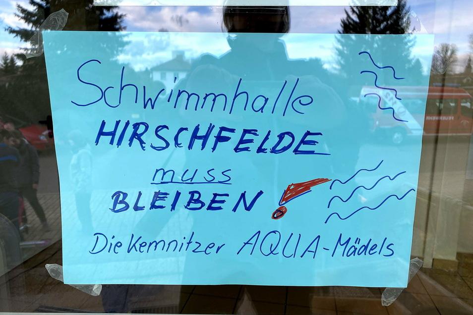 Die Gegner der Schwimmhallen-Schließung hatten vor einigen Monaten zu einem Aktionstag aufgerufen. Dabei wurde auch dieses Plakat aufgehängt.