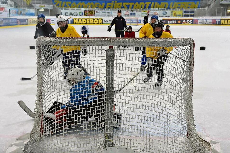 Impressionen aus dem Training des Nachwuchses, hier die U 13 mit Trainer Christian Rösler. 12 Spieler +2 Torhüter lautete die Zauberformel auf dem Eis. Mehr durften nicht.