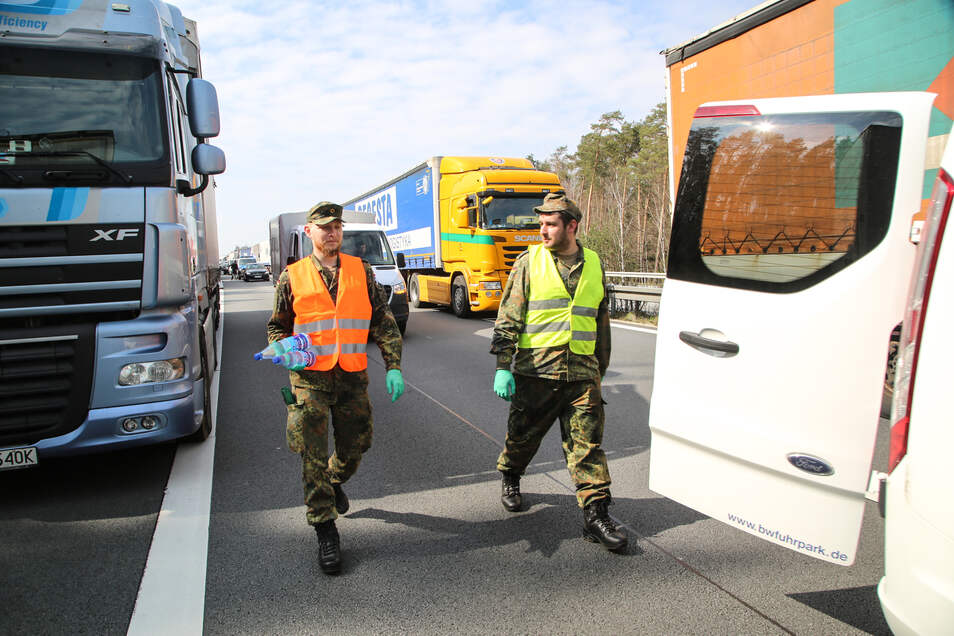 Operation Wasserflasche: Soldaten sind auf der Autobahn im Einsatz.