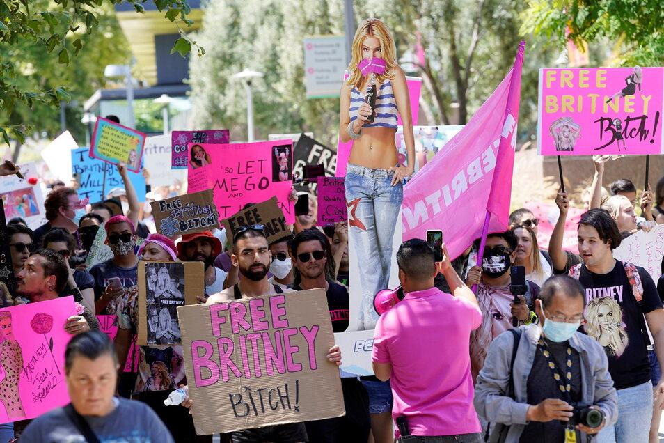 USA, Los Angeles: Britney Spears-Anhänger nehmen an einem Protest teil im Rahmen einer Gerichtsanhörung zur Vormundschaft der Popsängerin im Stanley Mosk Courthouse.