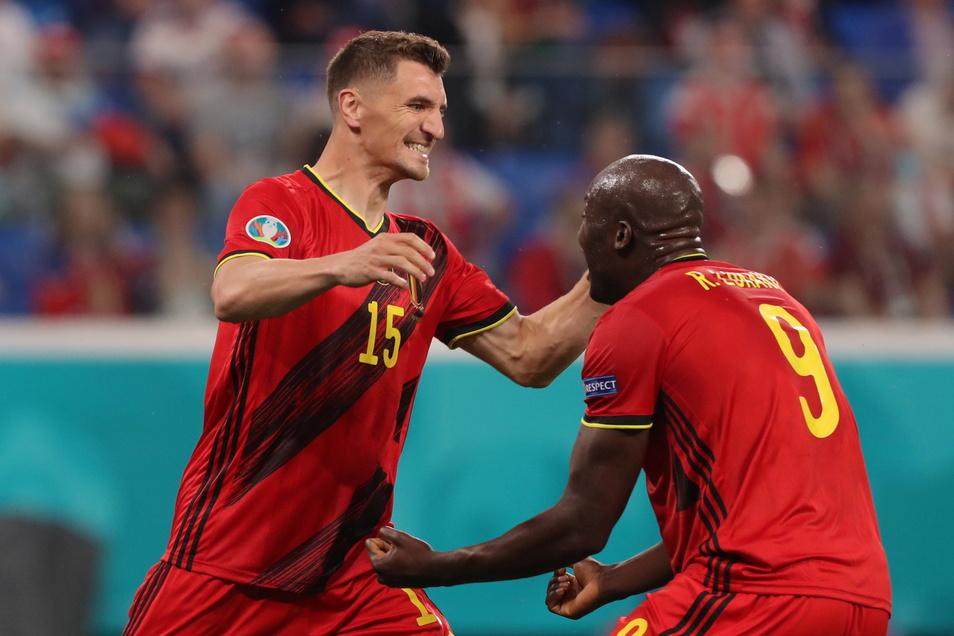 Die Belgier Thomas Meunier (l.) und Romelu Lukaku jubeln über das 3:0. Sie erzielten für ihre Mannschaft die Tore.