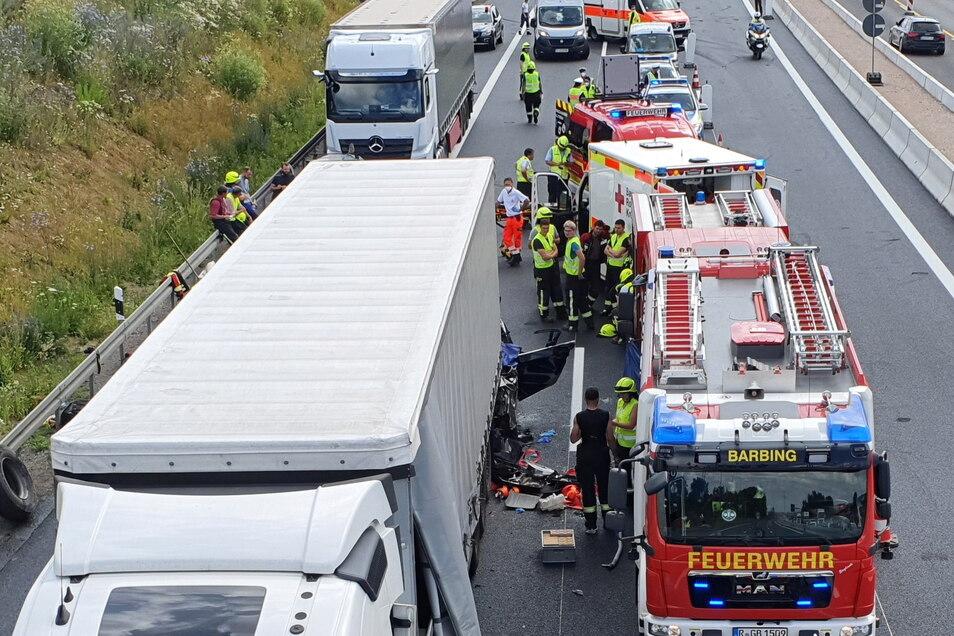 Bayern, Regensburg: Rettungskräfte am Unfallort auf der Autobahn A3.