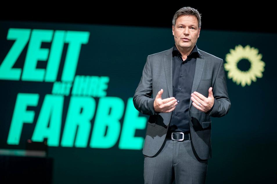 Robert Habeck, Bundesvorsitzender von Bündnis 90/Die Grünen, hält beim digitalen Bundesparteitag der Grünen auf dem Podium seine politische Rede.