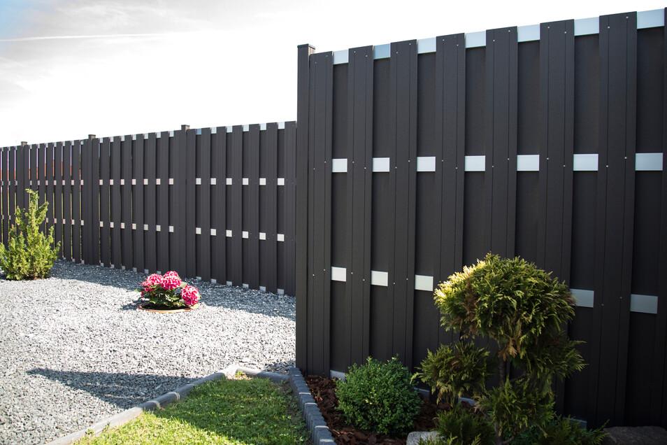 Auch mit Fertigzaun-Elementen aus Kunststoff lassen sich wunderschöne Grundstücksgrenzen gestalten.
