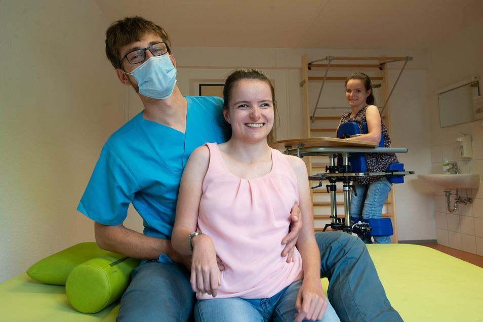 Sophie (vorn), Alisa und Physiotherapeut Martin Walther trainieren wöchentlich, um die Beweglichkeit des Körpers, die noch vorhanden ist, zu erhalten. Dazu gehören auch Steh-Übungen.