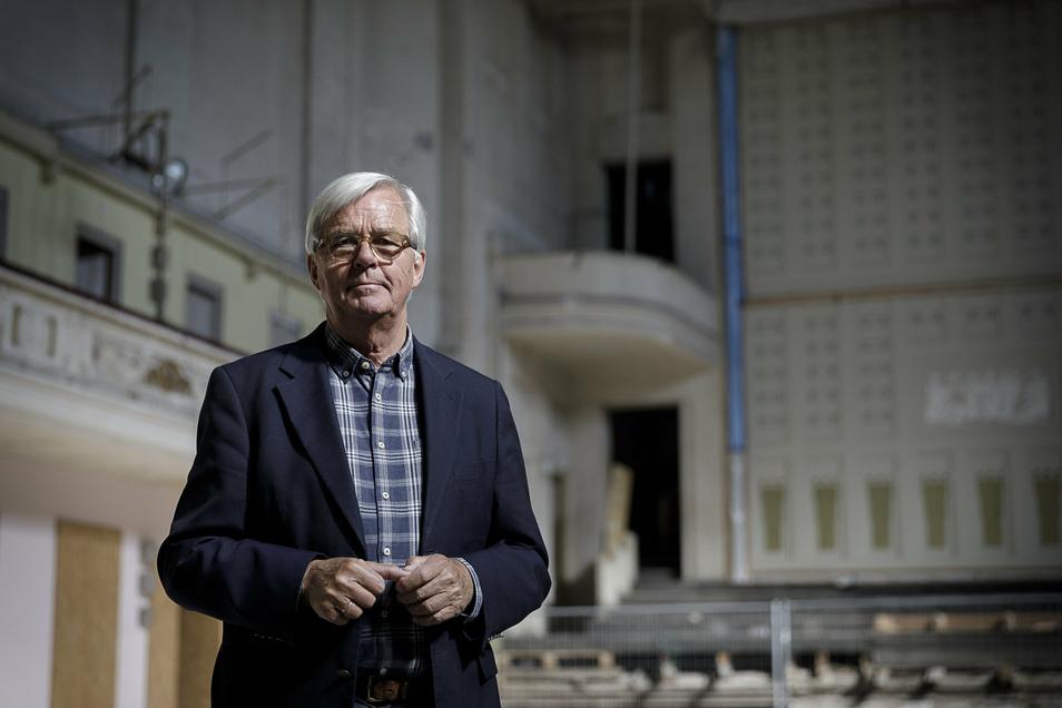 Henning Wossidlo, Projektmanager der Stadthalle, steht in dem Gebäude am Ufer der Neiße.