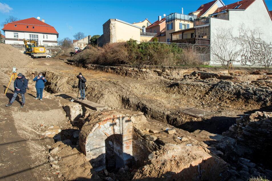 Bei den archäologischen Ausgrabungen an der Meißner Straße in Großenhain wurden die mittelalterliche Stadtmauer und eine Zwingermauer freigelegt.