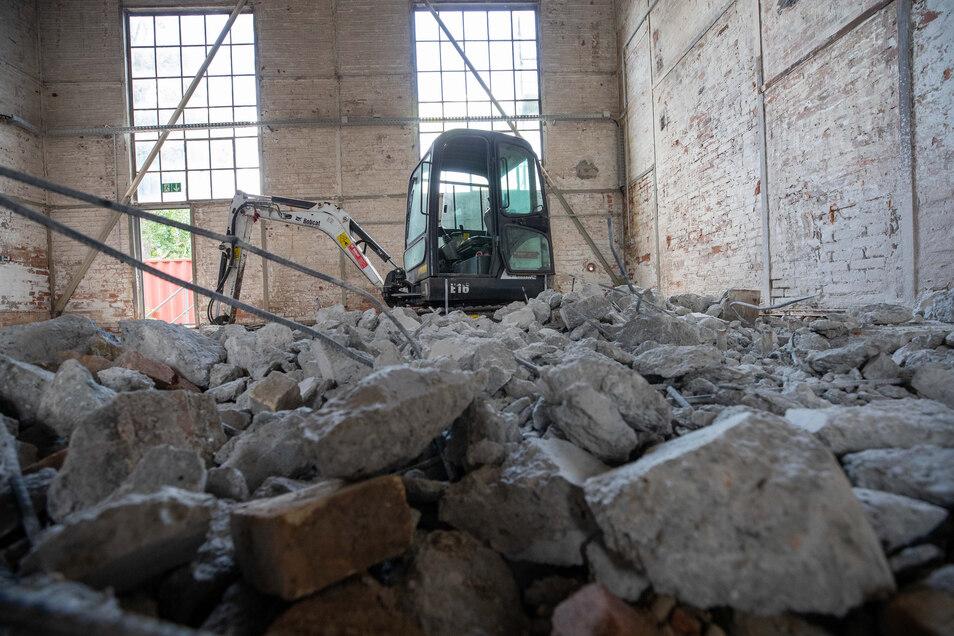 Im Inneren des Gebäudes werden jetzt die alten Fußböden herausgerissen.