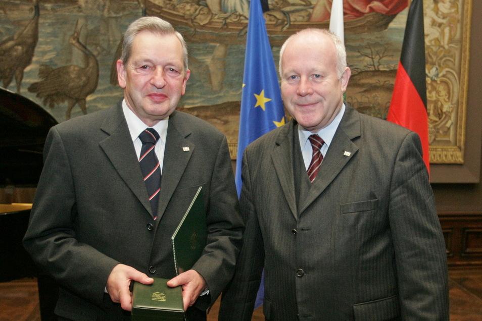 2004 wurde Heinrich Magirius (l.) der Sächsische Verdienstorden überreicht vom damaligen Ministerpräsidenten Georg Milbradt (r.).