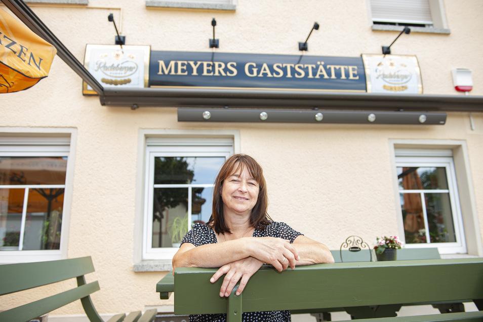 """Andrea Dreßler hat ihr Lächeln trotz Corona nicht verloren. Das Bestellbuch in """"Meyers Gaststätte"""" auf dem Großenhainer Katharinenplatz füllt sich wieder."""