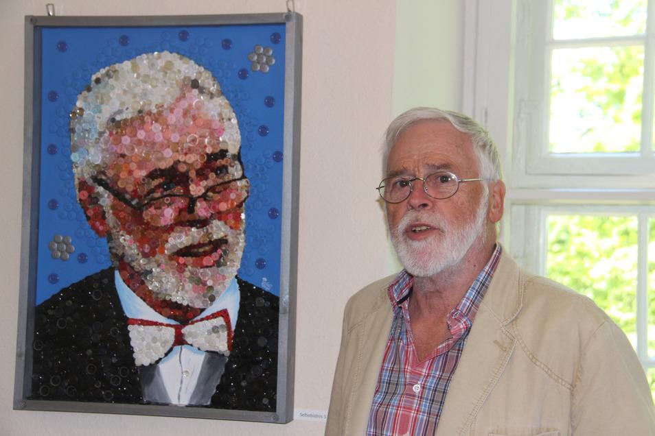 Der Künstler Michael Voigt gestaltet Bilder aus Knöpfen. Einige seiner Werke sind jetzt im Neschwitzer Schloss ausgestellt - darunter auch dieses Selbstporträt.