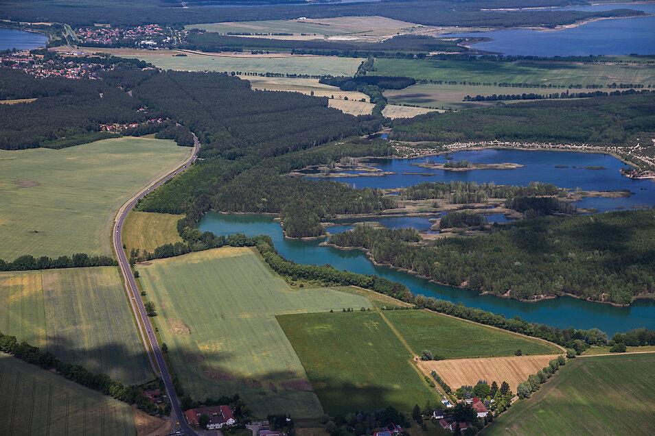 Das ist der westliche Teil des Erikasees. Das Gewässer erstreckt sich von Laubusch am Stadtgebiet von Lauta vorbei bis Lauta Dorf (unten am Bildrand) und die B 96 in Richtung Großkoschen (links oben zu erkennen). Erst aus der Vogelperspektive werden die