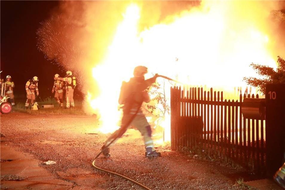Zudem hatte das Feuer bereits einen Zaun und einen Baum erfasst und drohte, auf ein Einfamilienhaus überzugreifen. Das konnte aber verhindert werden.