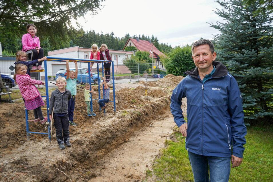 Henry Urban, Ortsvorsteher von Ringenhain, organisiert die Bauarbeiten auf dem Spielplatz an der Waldstraße.