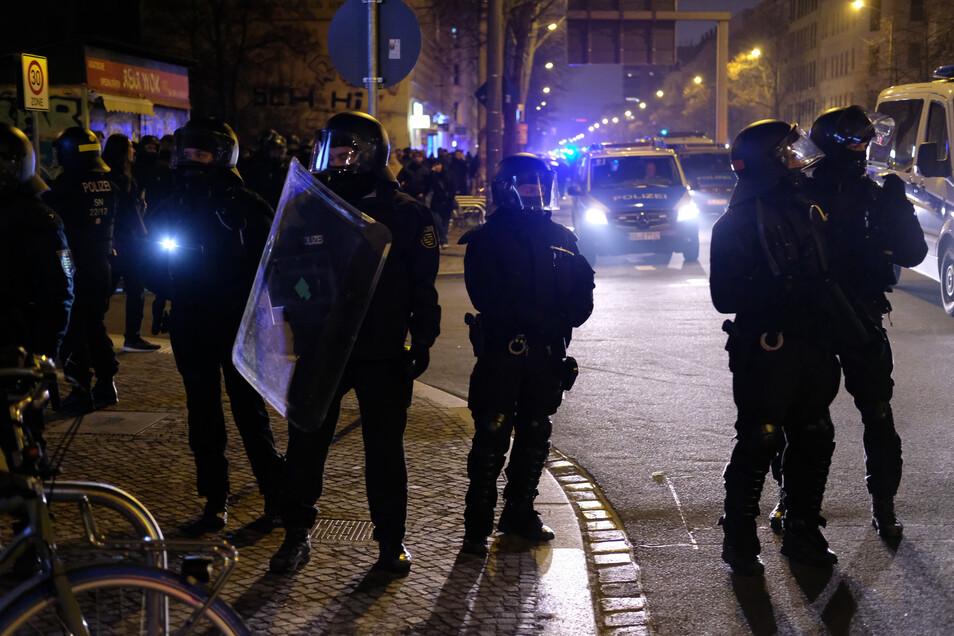 Begleitet wurde die Demo von einem Großaufgebot der Polizei.