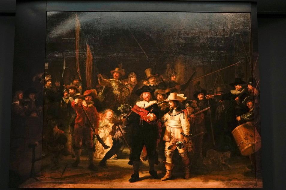 """Zum ersten Mal seit über 300 Jahren ist Rembrandts berühmtes Meisterwerk """"Die Nachtwache"""" wieder vollständig zu sehen."""