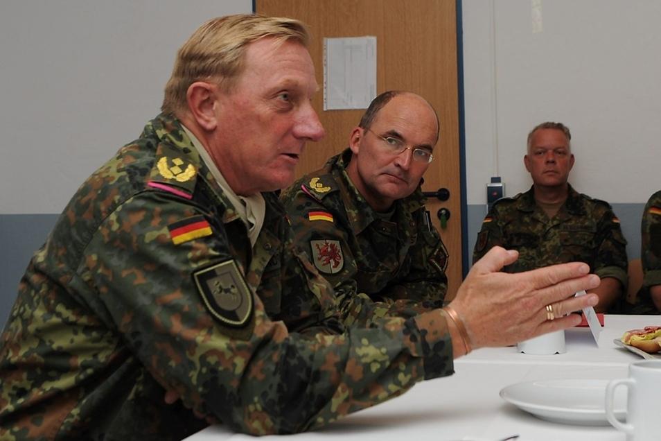 """Generalmajor Jürgen-Joachim von Sandrart (vorn), Kommandeur der 1. Panzerdivision, und Brigadegeneral Andreas Durst (M.), Kommandeur der Panzergrenadierbrigade """"Vorpommern""""."""