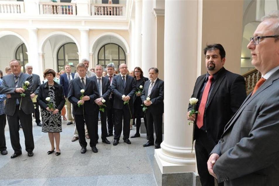 Sachsens Justizminister Jürgen Martens (FDP, r) und der Vorsitzende des Zentralrates der Muslime in Deutschland, Aiman Mazyek (2.v.r.), gedenken am 01.07.2013 im Landgericht Dresden mit einem stillen Akt der dort im Jahr 2009 im Gerichtssaal ermordeten Äg