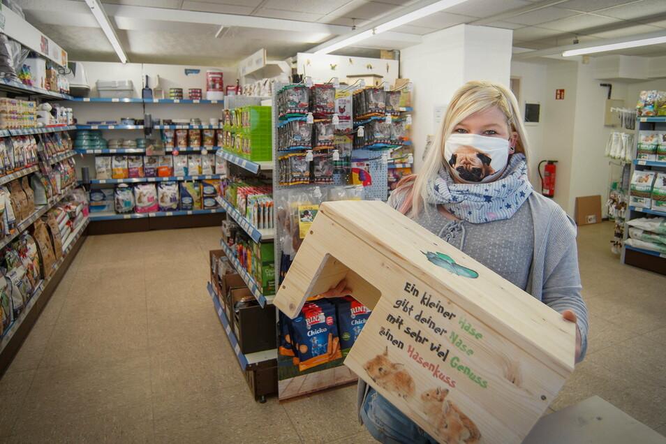 In ihrem Laden in Schirgiswalde bietet Kristin Berndt neben einem großen Futtersortiment für Kleintiere aller Art auch selbstentworfene Nagerhäuschen und sogar handgenähte Hängematten an.