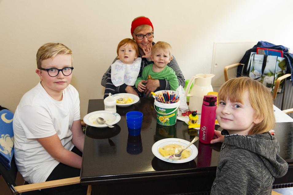 Die Kinder der Mitarbeiter in der Seniorenresidenz Pro Civitate werden jetzt separat von Ergotherapeutin Sabine Hanneck im eigenen Haus betreut. Leon, Lisa, Eddie und Bruno fühlen sich wohl.