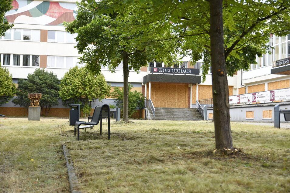 Das Gras am Kulturhaus in Bischofswerda wurde gemäht und die Wege wurden von Unkraut befreit.