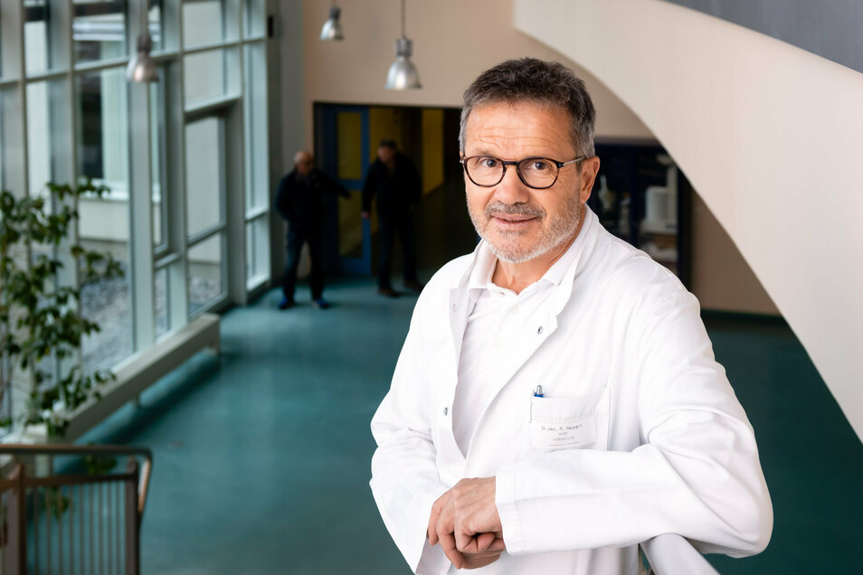 """Chefarzt Dr. Marc Naupert operierte Brigitte Weigelt. """"Es ist nicht selbstverständlich, dass Kliniken unserer Größe Risikopatienten operieren"""", sagt er."""