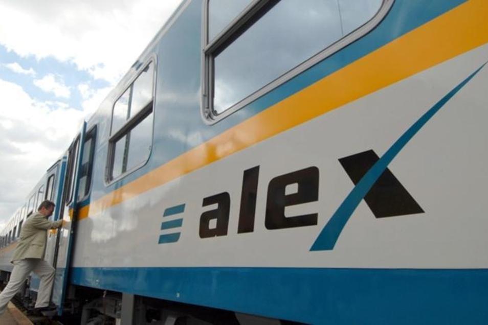 Am Dienstagvormittag sollen die Züge der Länderbahn in Westsachsen wieder rollen. Zuvor werden die Strecken in Richtung Bayern auf Schäden kontrolliert.