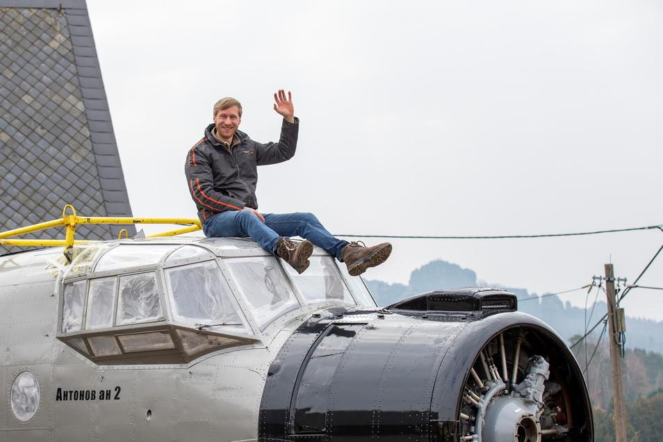 Einer seiner Lieblingsplätze ist auf dem Dach der Antonov mit der Schrammsteinkulisse.