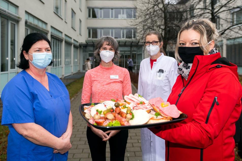 Annett Oehme (r.) von der Firma Schiebocker Fleisch hat am Mittwoch belegte Brötchen an Jacqueline Seifert, Sabine Zippel und Wilma Aron (v.l.) vom Krankenhaus Bischofswerda übergeben. Das Unternehmen spendierte Frühstück für 139 Personen.