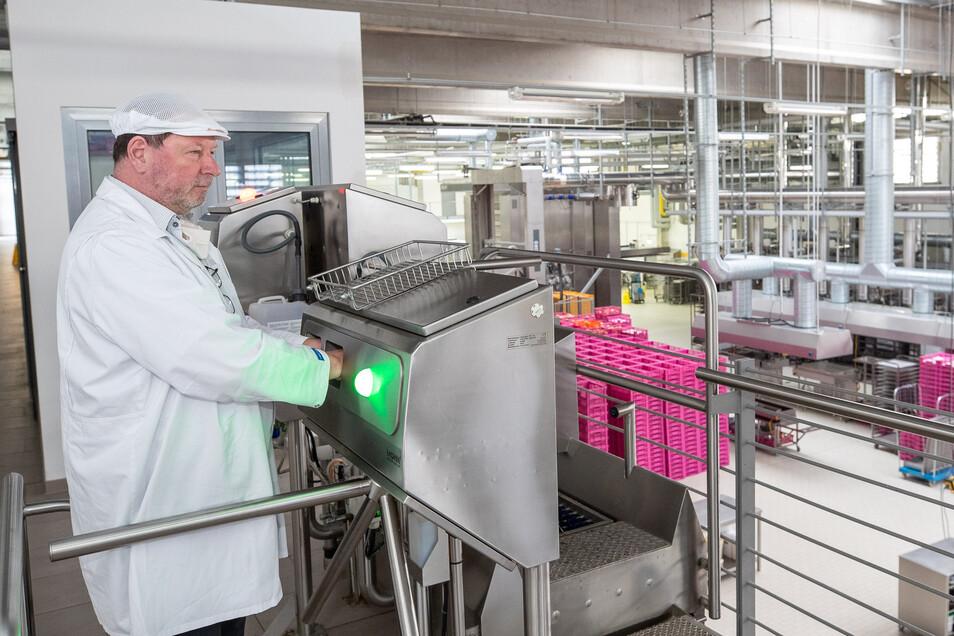 So wie es hier Geschäftsführer John Arko an der Hygiene-Schleuse vormacht, muss sich jeder desinfizieren, bevor er in die Produktion der Landbäckerei Schmidt in Leupoldishain darf.