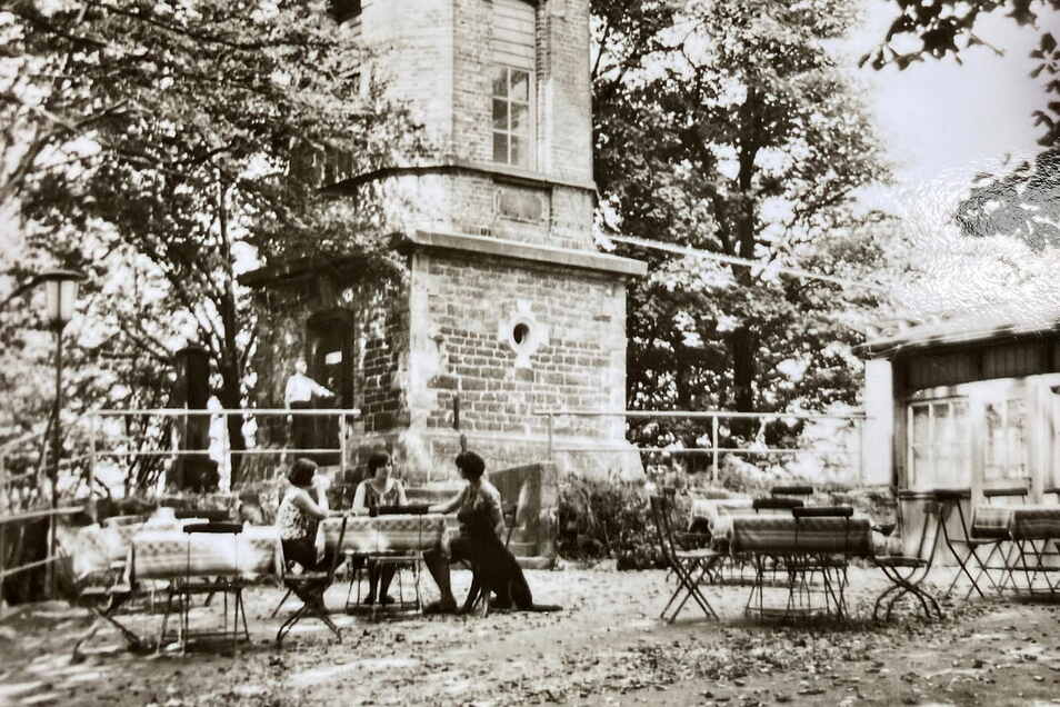 So idyllisch saß man damals im Biergarten zwischen Baude und Turm. Rechts mit Hund sitzt Barbara Engemann als Jugendliche, an der Turm-Tür steht ihr Opa.