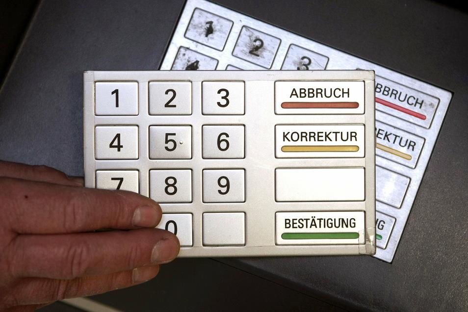 Kriminelle greifen unter anderem mit einem zweiten, echt aussehenden Tastenfeld Daten an Geldautomaten ab.