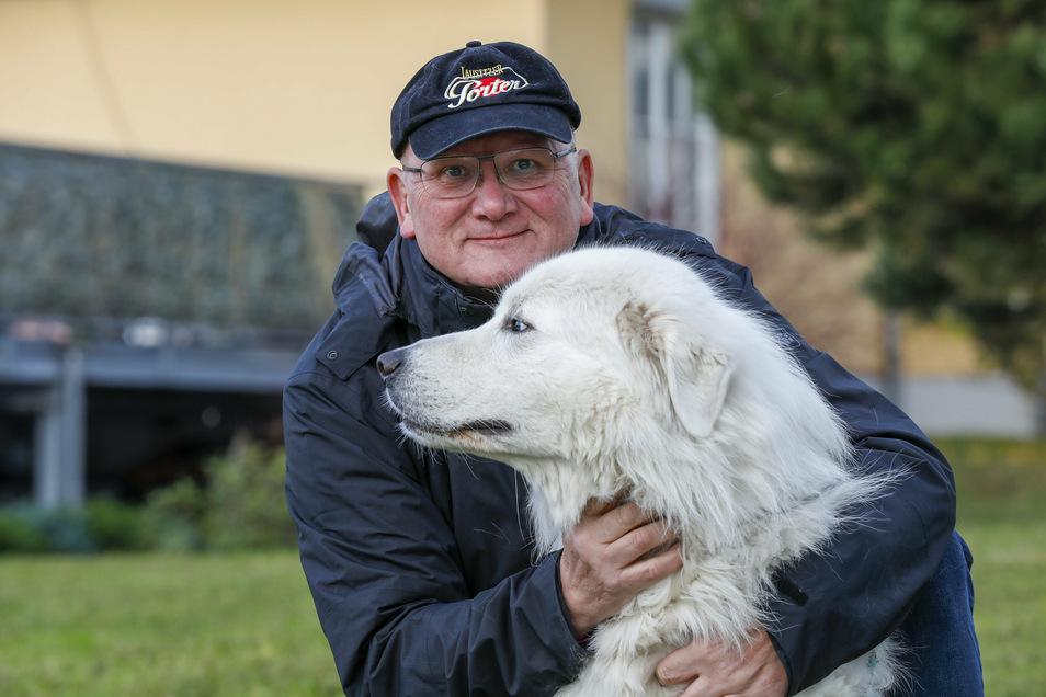Eine Runde mit Hund Bernhardt strengt Bergquell-Chef Steffen Dittmar momentan noch ein bisschen mehr an als sonst: Nach einer Corona-Erkrankung muss er wieder richtig zu Kräften kommen.