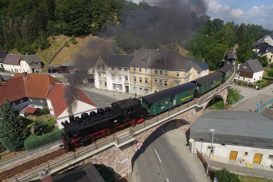 Ein Blick auf das Zentrum von Schmiedeberg. Hier dampft die Weißeritztalbahn über das Viadukt mitten im Ort. Schmiedeberg ist ein besonderer Ortsteil von Dippoldiswalde.
