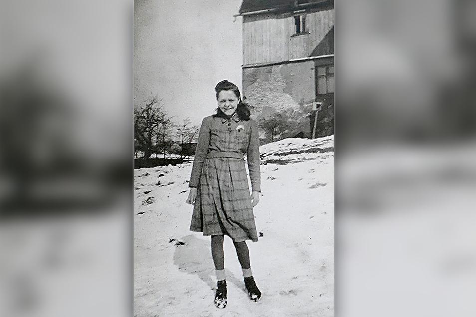 Das Foto zeigt die junge Edelgard Pinkert im Februar 1945. Sie hatte gerade ihr Landjahr beendet, ein Pflichtjahr, das die Jugendlichen nach Abschluss der Schule absolvieren mussten. Wenig später begann sie ihre Ausbildung im Rathaus.