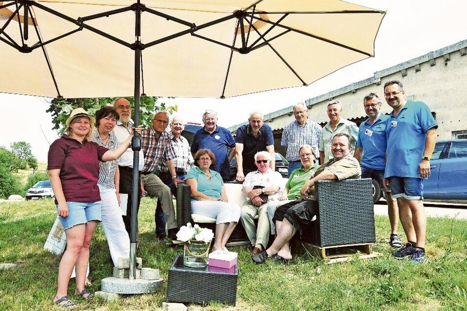 Laubacher, wohin das Auge schaut: Vertreter aus 14 Orten dieses Namens haben sich für das denkwürdige Foto versammelt. Am Wochenende trafen sich die Vertreter aus allen Teilen Deutschlands und einem Dorf in Frankreich.