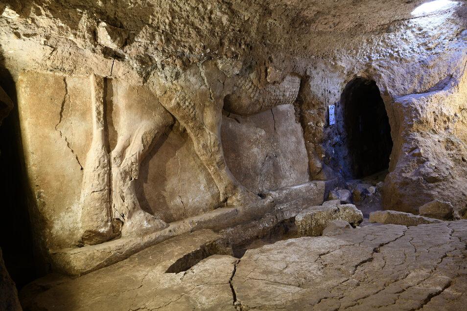 Palasttor mit dem Relief eines geflügelten Stiers und einer großen Steinschwelle. Ausgerechnet den IS-Extremisten haben es Archäologen aus Deutschland zu verdanken, dass sie in der Stadt Mossul einen bislang weitestgehend unzugänglichen jahrtausendealten