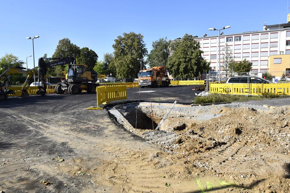 Begonnen wurde jetzt damit, die zweite Baugrube an der Ecke Scharfenberger/Washingtonstraße auszuheben.