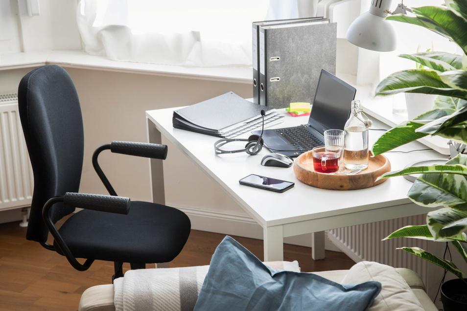 Wenn die Wohnung klein und der Partner mit den Kindern und Homeschooling beschäftigt ist, kann von einem Arbeitnehmer nicht erwartet werden, ebenfalls von zu Hause aus seiner Tätigkeit nachzugehen.