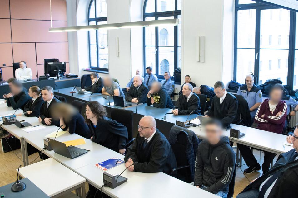 """Die Mitglieder der """"Freien Kameradschaft Dresden"""" im Landgericht."""