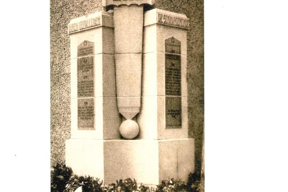 Das Schuldenkmal stand bis 1982 am Eingang der Goetheschule. Es erinnerte an drei Lehrer und 49 Schüler, die im Ersten Weltkrieg gefallen sind. Das Monument bestand aus 18 Granitplatten, in der Mitte ein Schwert; auf zwei Seitentafeln die Namen der 52 Gef