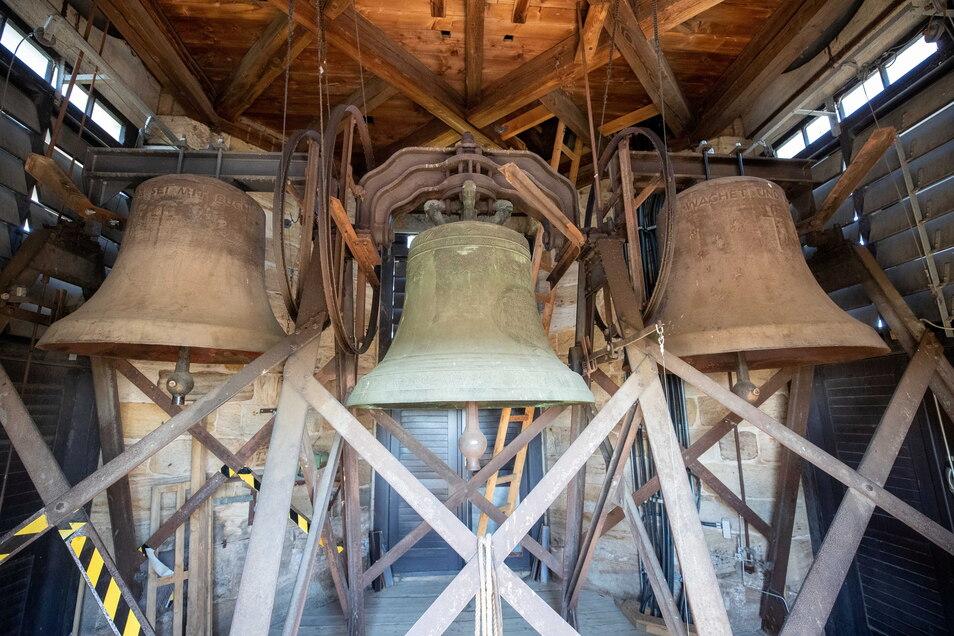 Drei Glocken hängen im Kirchturm, zwei aus Stahl, eine aus Bronze.