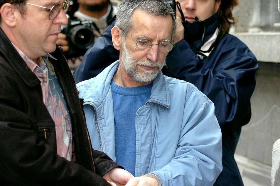 Der französische Serienmörder Michel Fourniret (M) wird 2004 in Gerichtsgebäude gebracht.