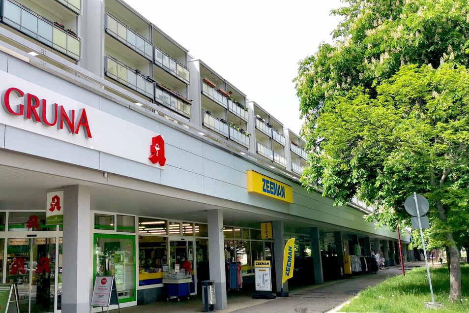 Die Apotheke profitiert vom gegenüberliegenden Ärztehaus. Die Textilkette ist ebenfalls schon viele Jahre Mieter in der Grunaer Ladenzeile.