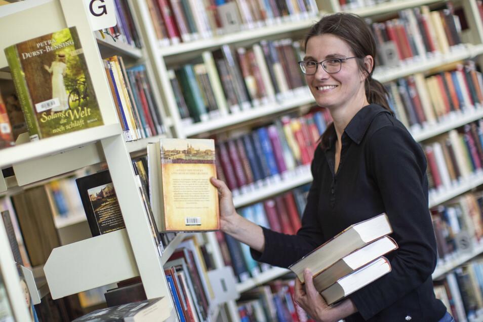 In vollen Regalen zu stöbern, ist doch etwas anderes, als in Online-Katalogen zu suchen: Susan Bazylak von der Riesaer Stadtbibliothek ist froh, dass nun wieder Besucher kommen dürfen.