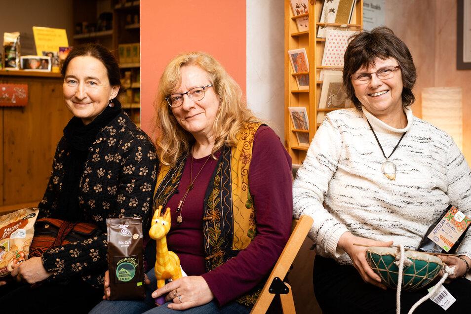 """Sie sind von Beruf Bibliothekarin, Konstrukteurin und Chemikerin. Sigrun Nützsche, Carola Schumann und Helgard Hopf (von links) engagieren sich seit zwei Jahrzehnten im Vorstand des Vereins """"Pax et bonum"""", der den Weltladen an der Dresdner Straße 11 in Bi"""
